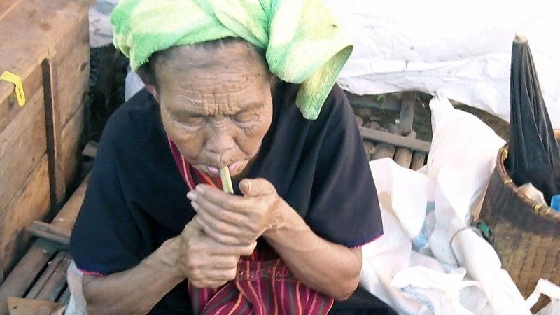 Femme fumant un cherrot
