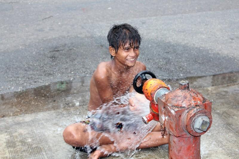 Garçon dans les rues de Yangon