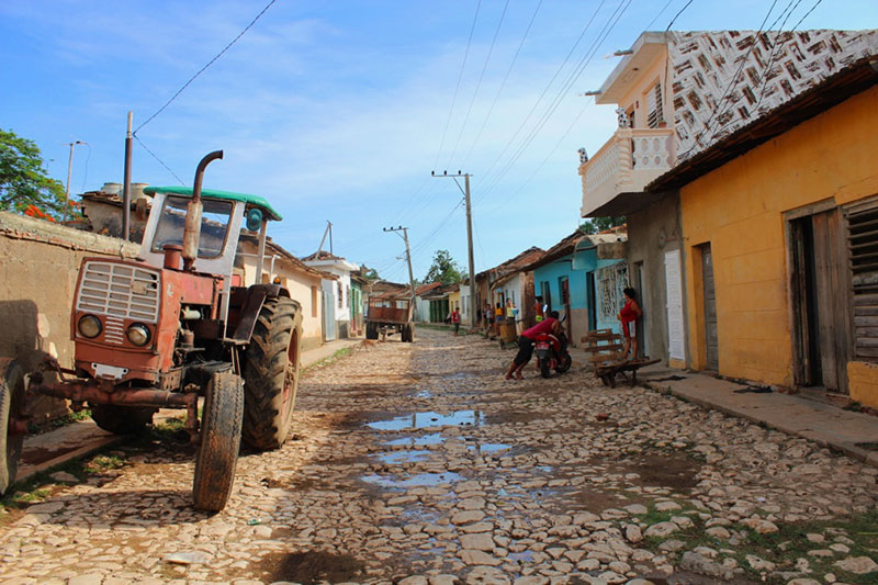 Tracteur dans les rue pavées