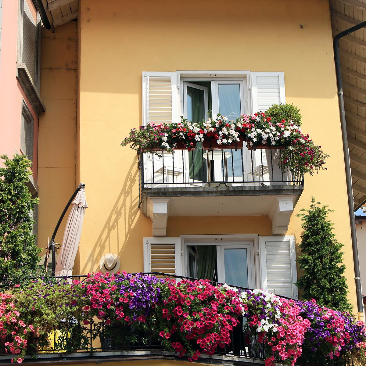 Ascona joli balcon fleuri