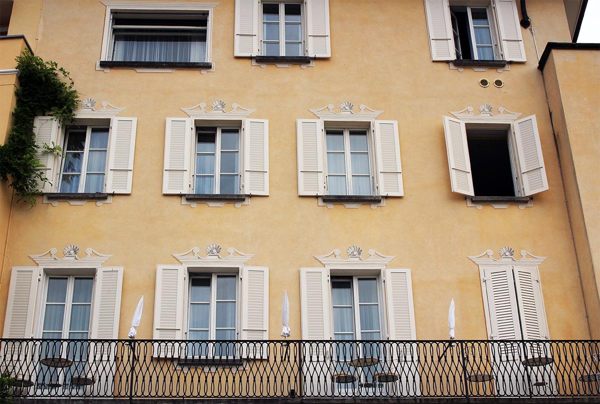 Façade jaune immeuble à Ascona