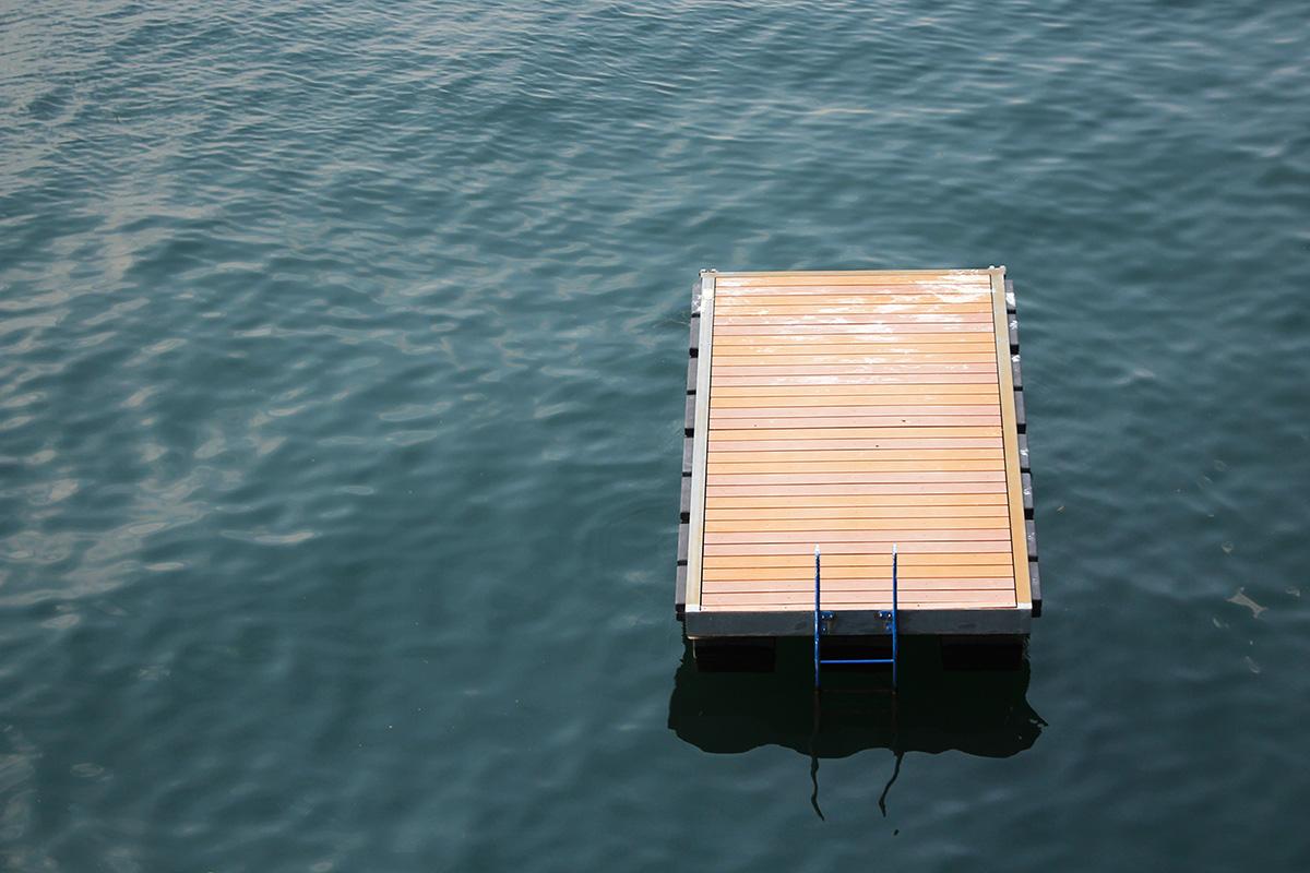 Tessin un radeau sur le lac majeur