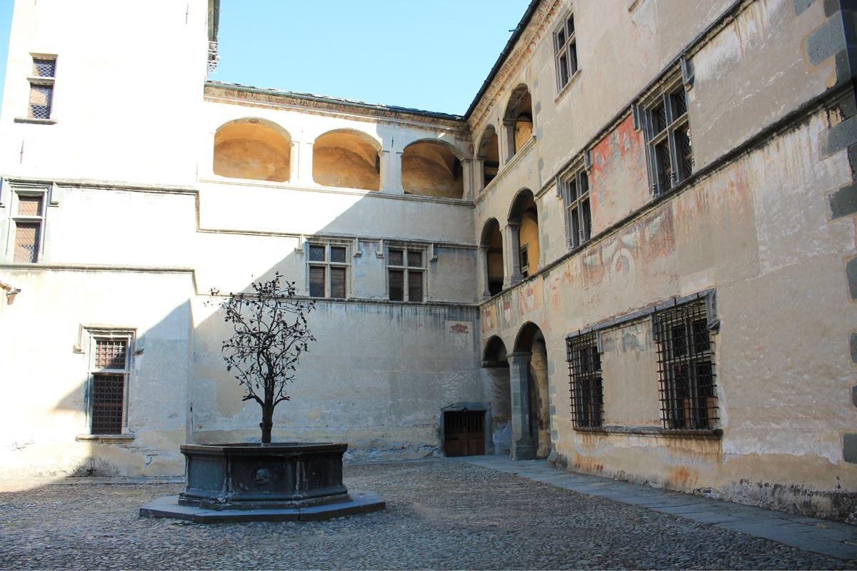 Château Issogne cours intérieure