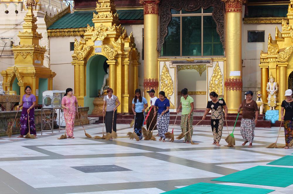 Birmanie nettoyeuses pagode Shwedagon